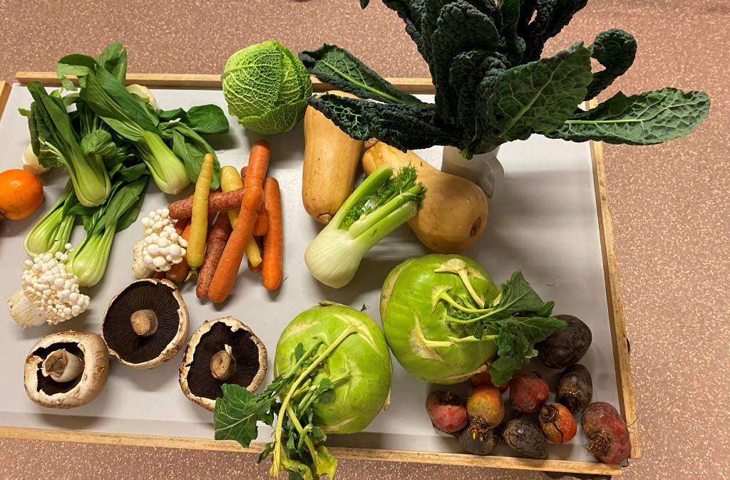 Anret et bord med forskelligt grønt i sæson.