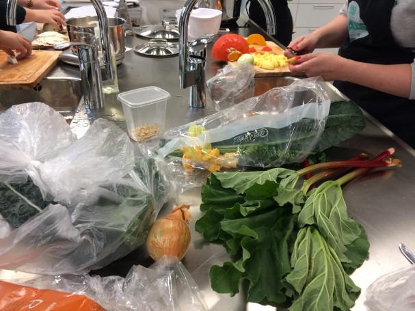 De studerende arbejder med grøntsagerne
