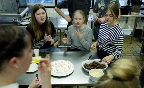 Præsentation og smagning af marengs og rugbrødschips med mayonnaise. Foto: Stagbird