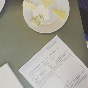 Tjenerelever på TECHCOLLEGE i Aalborg smager på oste og sætter ord på ostens smag, tekstur og aroma.