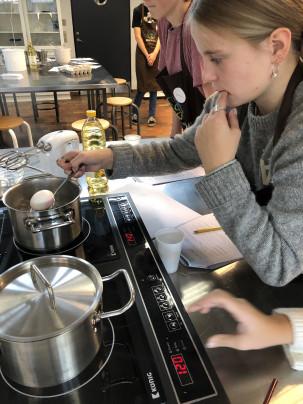 Eksperimenterende undervisning i GastroLab. Foto: Ditte Jacqueline Rasmussen