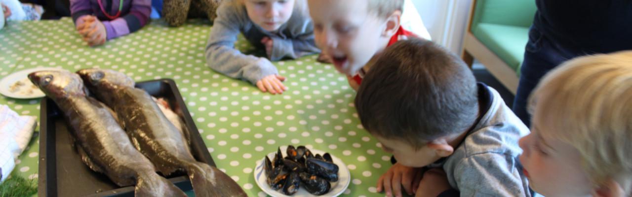 Der wobbles med fisk og muslinger i en nordjysk børnehave. Foto: Simon Sørensen
