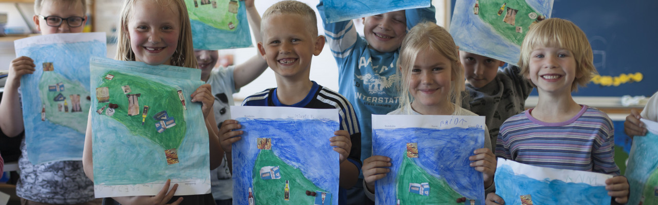 0. klasse på Kongeskærskolen med deres landkort over Bornholms smage. Foto: Stagbird