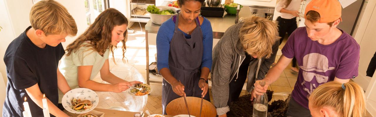 Kogebogen til 10-15-årige har som mål at lade de unge selv tage ejerskab til maden og måltidet. Foto: MIT kokkeri