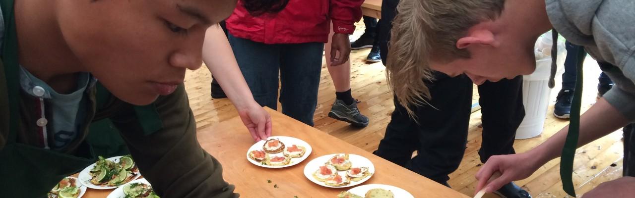 Mad bør være en større del af skolen, mener seks ud af ti. Her hyldeblinis med laks, chili, dild og hjemmelavet smør lavet af fire 8. klasseselever. Foto: Eva Rymann