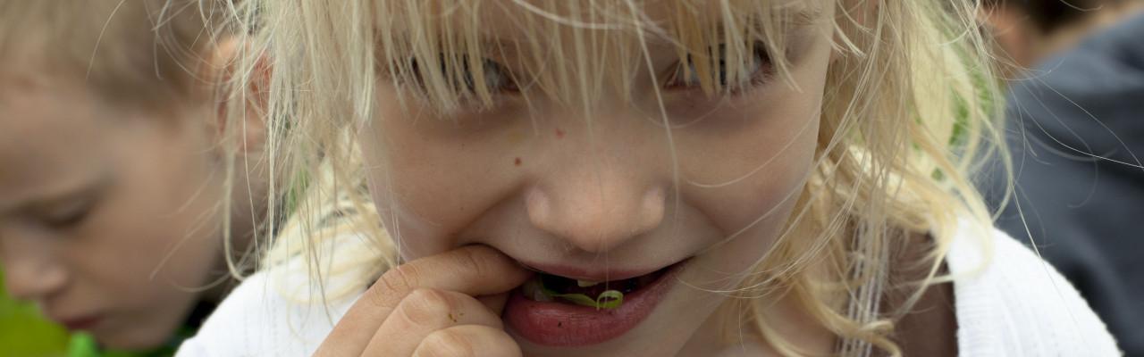 Lad børnene være med - det giver mere madmod. Foto: Stagbird