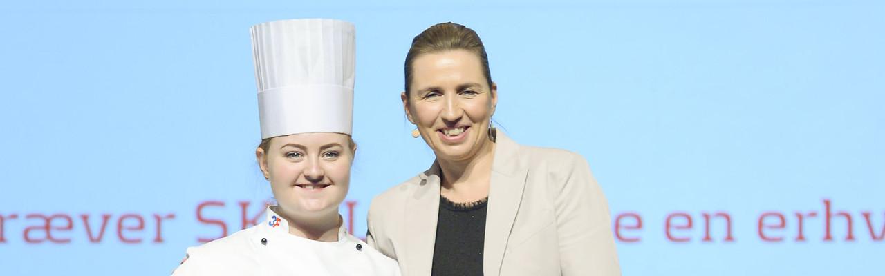 Elisabeth Madsen og de øvrige vindere blev fotograferet sammen med statsministeren. Foto: Per Daugaard