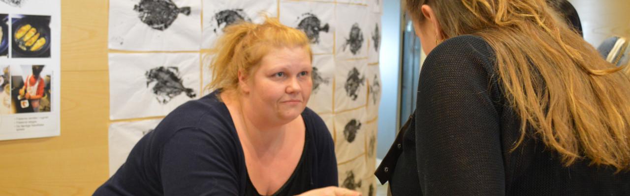 Rikke Højer demonstrerer sit undervisningsmateriale. Bagved ses gyotaku-tryk. Foto: Thomas Brahe