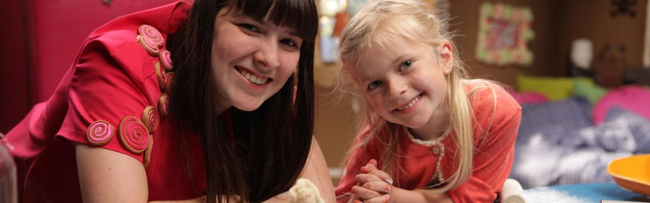 Rosa fra Rouladegade hjælper børnene med at bage de kager, som bedste bedst kan li'. Foto: Mastiff