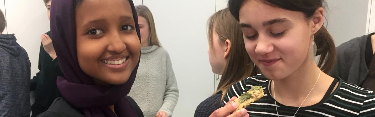 Elever fra 6D smager på deres egne retter med insekter og tang. Foto: Cathrine Terkelsen