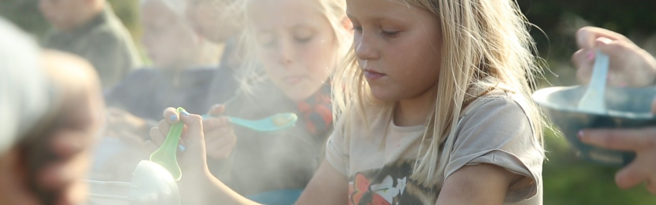 Børn smager på mad i det fri, Krogerup Avlsgård. Foto: 10pm