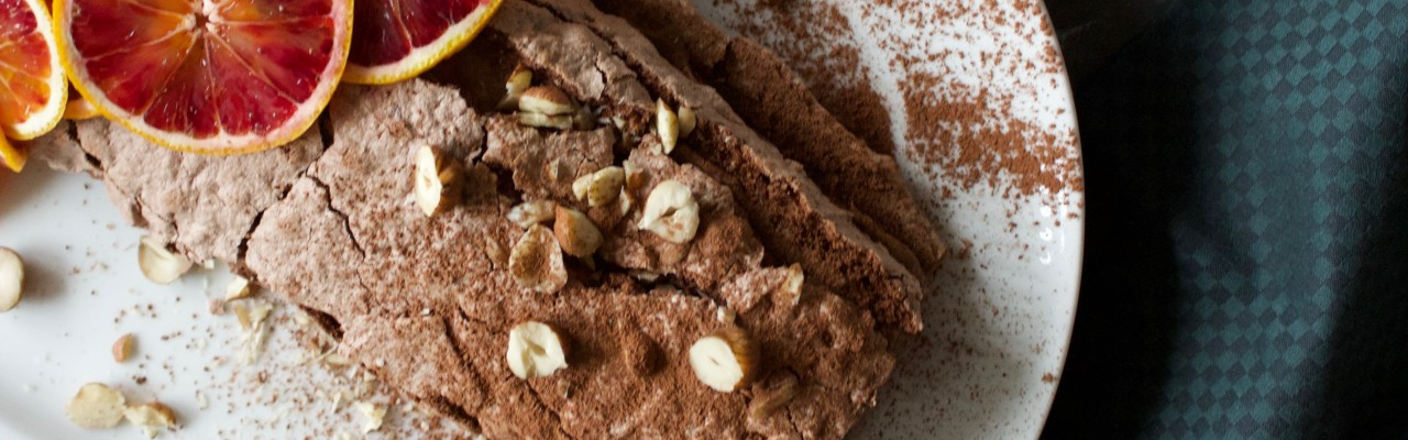 Hvide tallerkner får Chokolade Budapest og andre desserter og kager til at smage sødest. Foto: Charlotte Holm Brodersen
