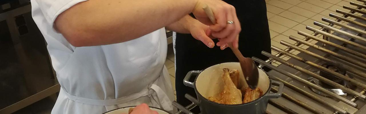 Kyllingestykkerne skal brunes af inden braisering. Foto: Morten Christensen
