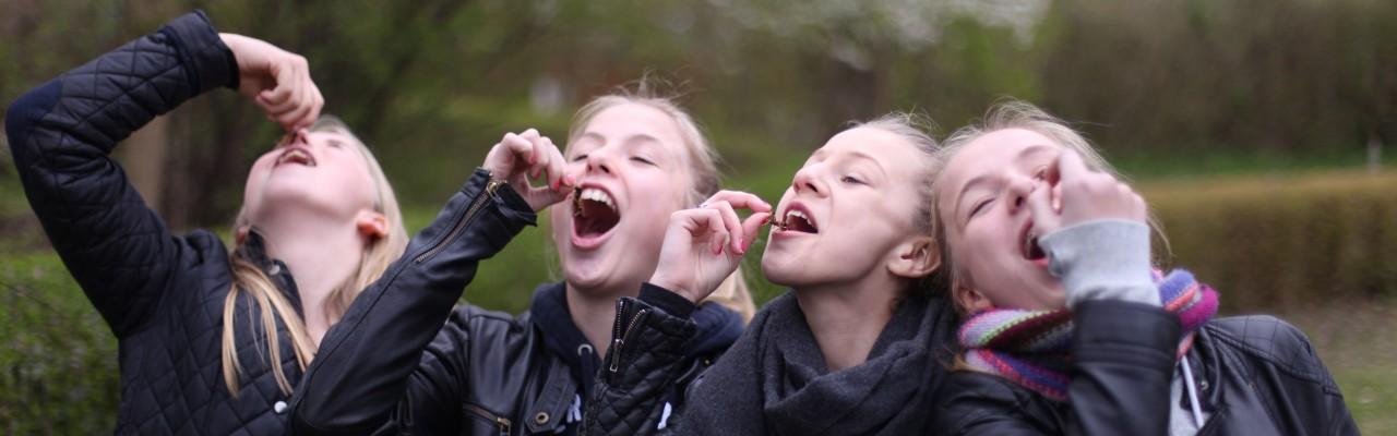 Piger smager på insekter