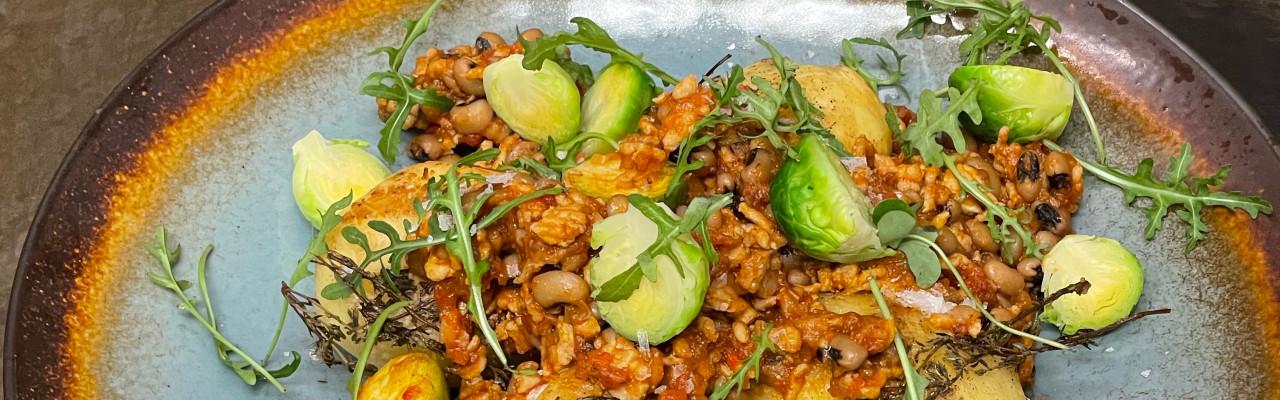 Kartoffel og rosenkål med en sauce af svampe, kylling, bønner og tomat. Foto: Styrbæks