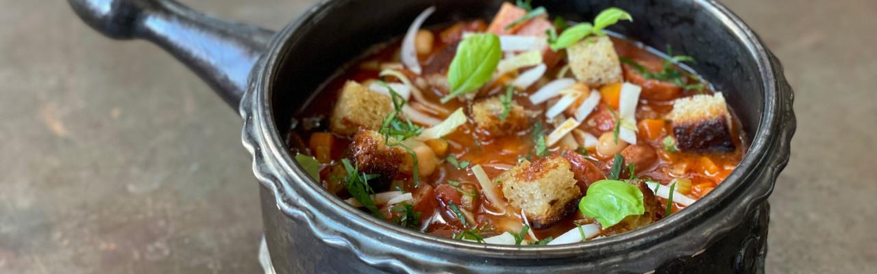Krydret suppe med kikærter, pølse, bacon, basilikum og brødcroutons. Foto: Styrbæks