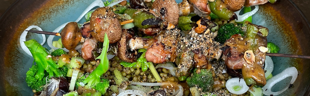 Mungbønner og broccoli med daddeldressing, egypterknas og gris på spyd. Foto: Styrbæks