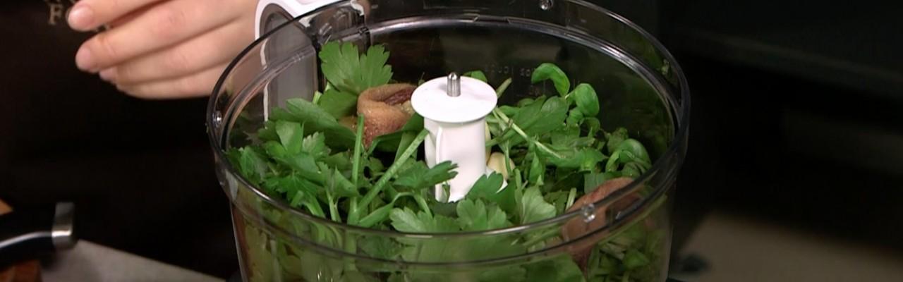 Pesto forlænger smagen af friske krydderurter på formidabel vis. Foto fra videoen.