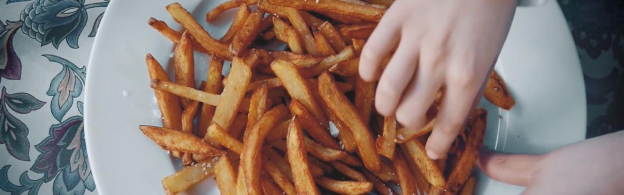 Salt er nærmest uundværligt for at pomfritterne skal smage godt. Foto fra filmen.
