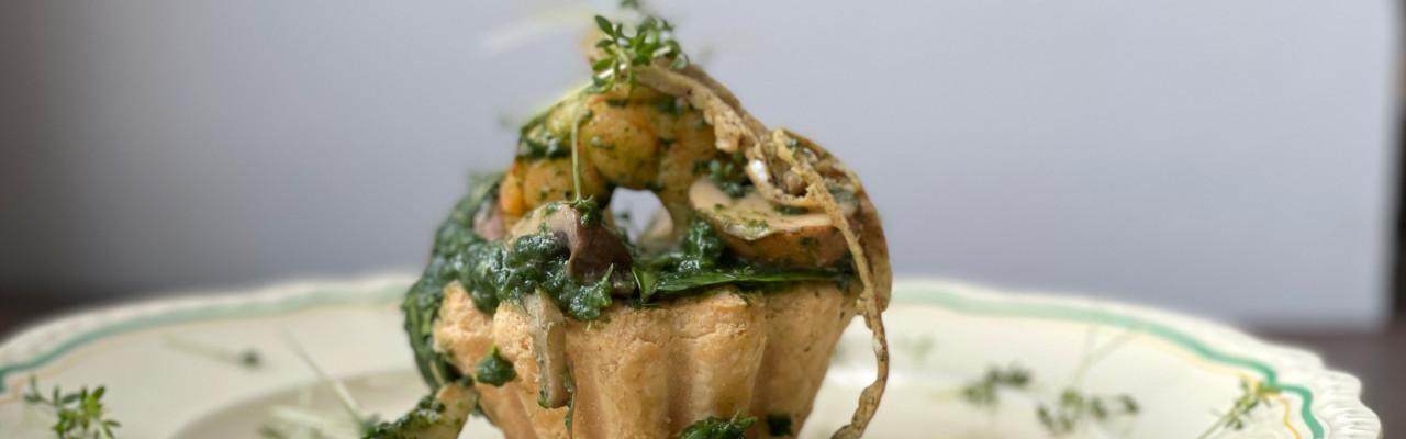 Tartelet med spinat, svampe og rejer. Foto: Styrbæks