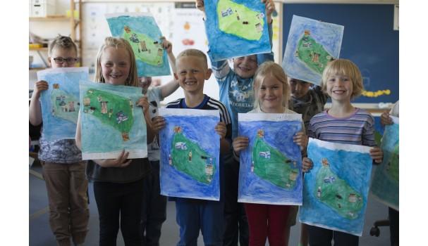 Stolte elever med deres landkort over Bornholms forskellige smage. Foto: Stagbird