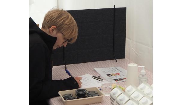 Forskning i felten. En gæst udfylder et skema i testsmagning af grøntsager. Foto: Michael Bom Frøst