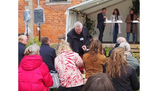 Smag for Livets leder, professor Ole G. Mouritsen, deler smagsprøver ud. Foto: Michael Bom Frøst