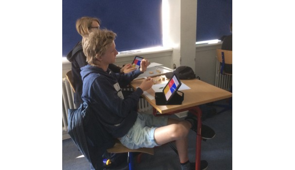 Eleverne giver deres svar i smagstesten via deres iPads. Foto: Mikael Schneider