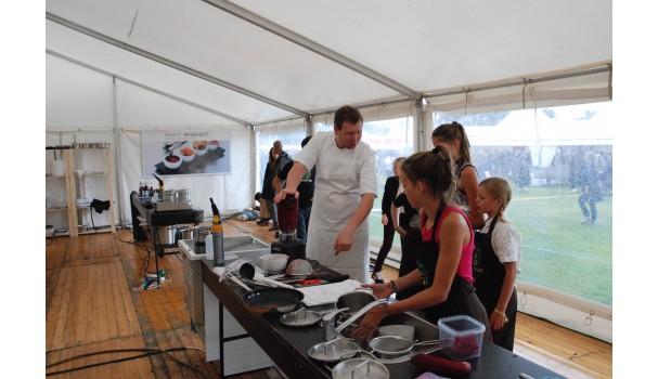 Morten Falk instruerer de unge kokke i festivalkøkkenet. Foto: Kurt Thomsen