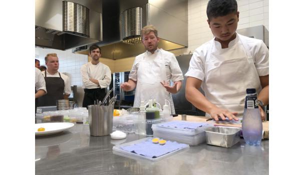 Kenneth Toft-Hansen og Christian Wellendorf (t.h.) i køkkenet med kokkeelever fra TechCollege. Foto: Simon Sørensen